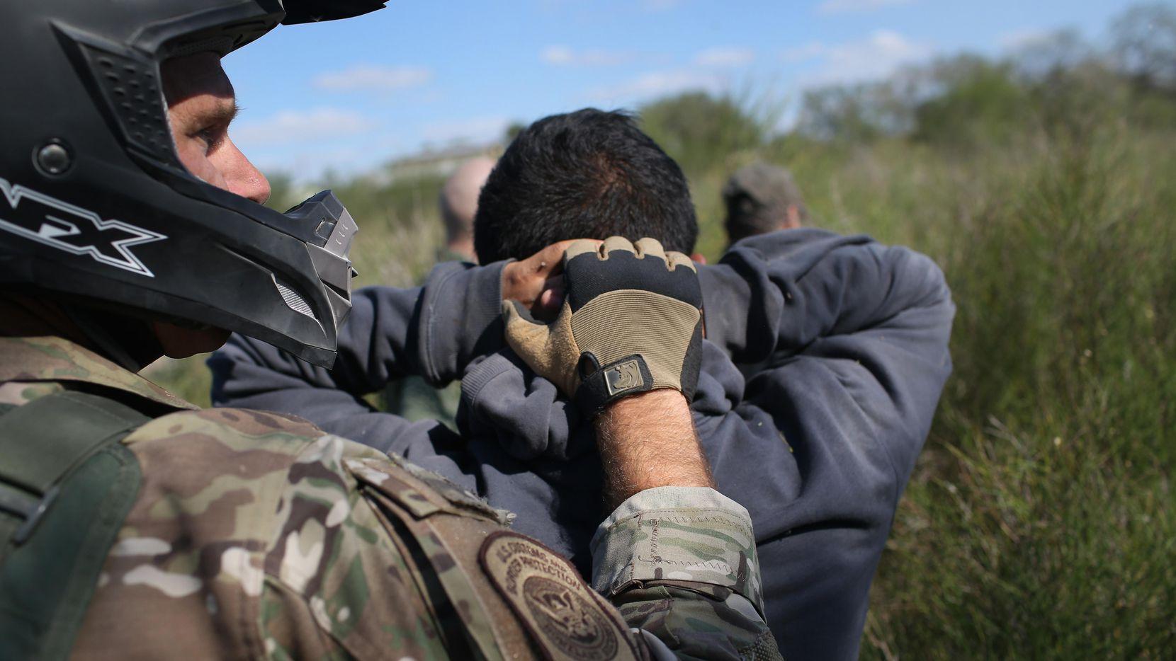 Un agente de la Patrulla Fronteriza arresta a un inmigante que cruzó hacia Estados Unidos por la zona del Valle del Río Grande, al sur de Texas. (Getty Images/John Moore)