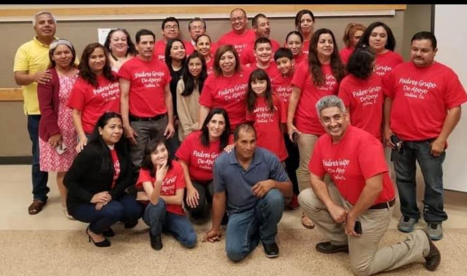 Leticia Gómez (centro) junto al grupo de padres de familia de un grupo de Facebook. Gómez impulsó la decisión del DISD de que se transmita la sesión en español.