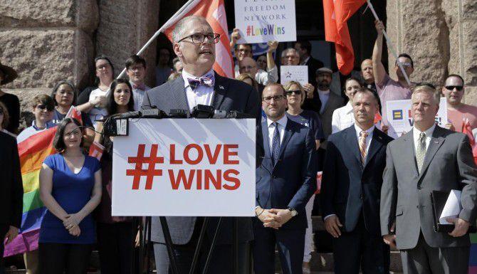 Jim Obergefell, el demandante del caso que desencadenó en la legalización de los matrimonios gay en todo el país, durante un discurso frente al capitolio en Austin. (AP/ERIC GAY)
