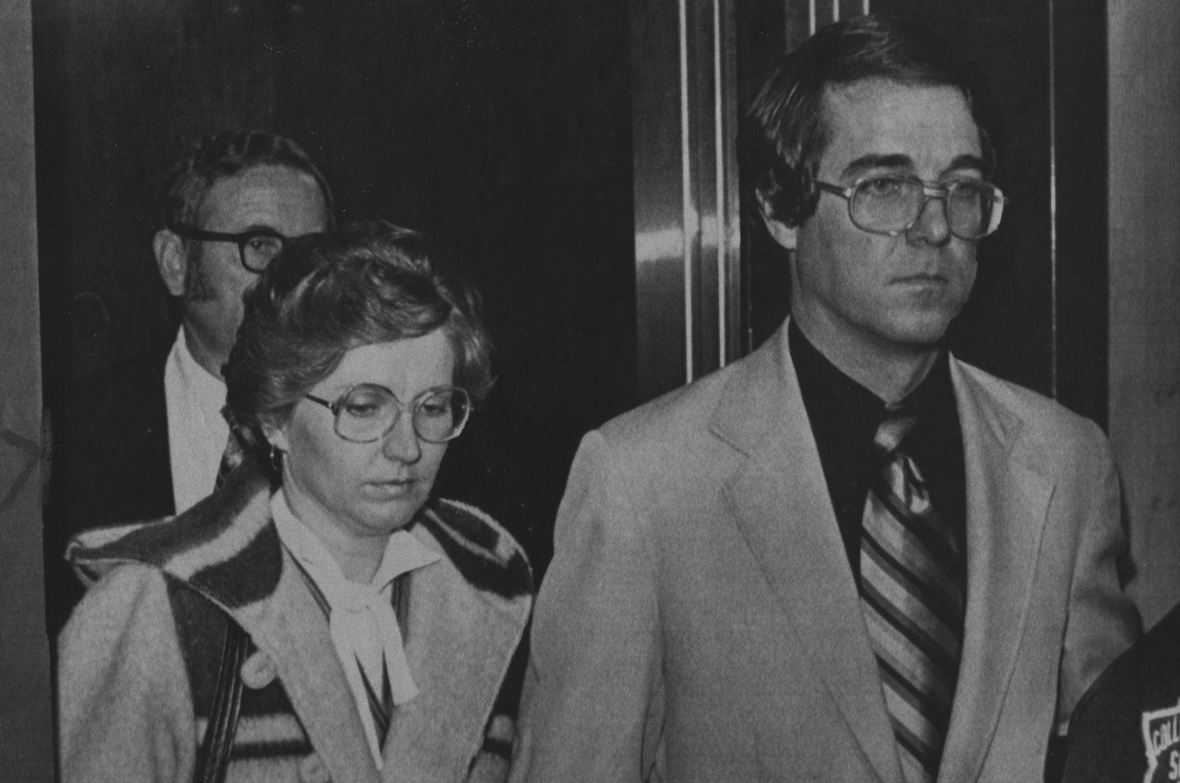 """En esta foto de archivo de 1980 se ve a Candace """"Candy"""" Montgomery y su esposo Pat saliendo de la corte del condado Collin en McKinney."""