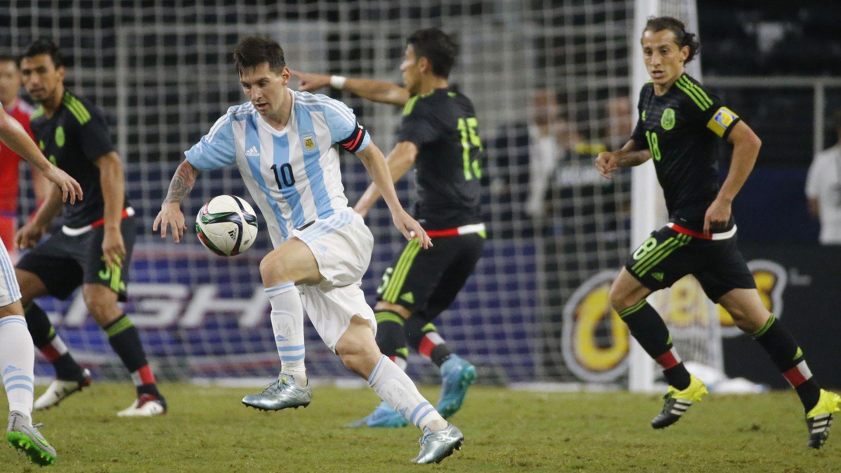 Lionel Messi (10) no estará este martes con Argentina vs. México. En el último juego entre ambas selecciones en Texas. el astro del Barcelona anotó los dos goles de la Albiceleste para el empate 2-2 en 2015 en Arlington.