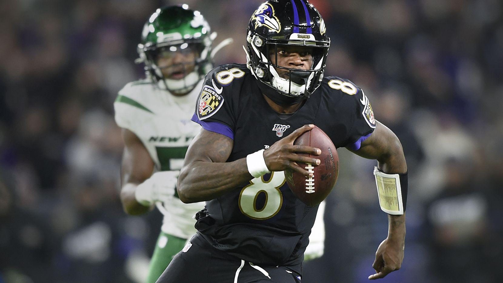 ARCHIVO - En esta foto del 12 de diciembre de 2019, el quarterback Lamar Jackson (8) de los Ravens de Baltimore corre con el balón y se aleja del linebacker Brandon Copeland (51) de los Jets de Nueva York. (AP Foto/Gail Burton, File)