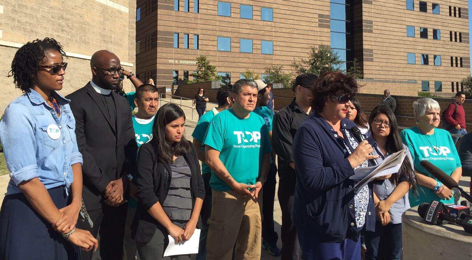 Integrantes de la Coalición de Inmigración del Norte de Texas exigieron que la sheriff Lupe Valdez suspenda la colaboración con la Agencia de Inmigración y Aduanas (ICE) y la retención de migrantes a punto de ser liberados de la cárcel del condado de Dallas.