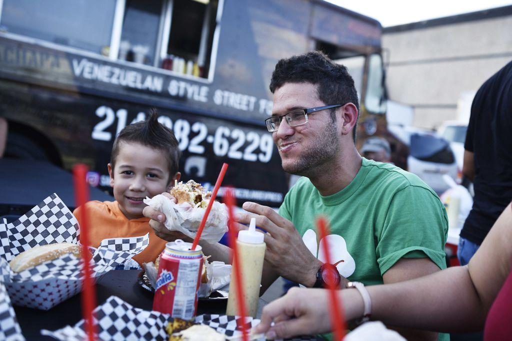 Jordán Yánez saborea uno de los platillos que ofrece el food truck Sabor Venezolano Express en Carrollton. Este negocio comenzó como en un grupo de Facebook.
