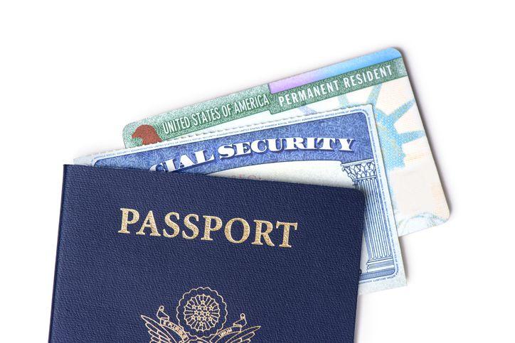 Un pasaporte de Estados Unidos, tarjeta de seguro social y tarjeta de residencia permanente.