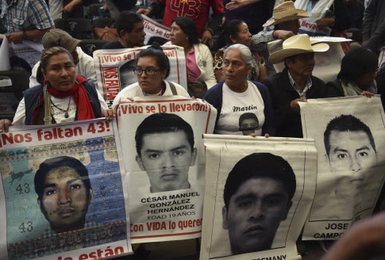 Familiares y de los 43 desaparecidos de Ayotzinapa durante la lectura en 2019 del reporte del grupo de expertos que cuestionó el papel del gobierno durante la investigación.