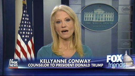 """La captura de un video provisto por Fox news muestra a la asesora de la Casa Blanca, Kellyanne Conway, durante su entrevista en el programa Fox News and Friends el jueves 9 de febrero de 2017, en la sala de informes de la Casa Blanca en Washington. Conway defendió a la compañía de moda de Ivanka Trump, señalando a la televisora que Trump es una """"exitosa mujer de negocios"""" y las personas deberían darles sus negocios a la compañía. (Fox News via AP)"""