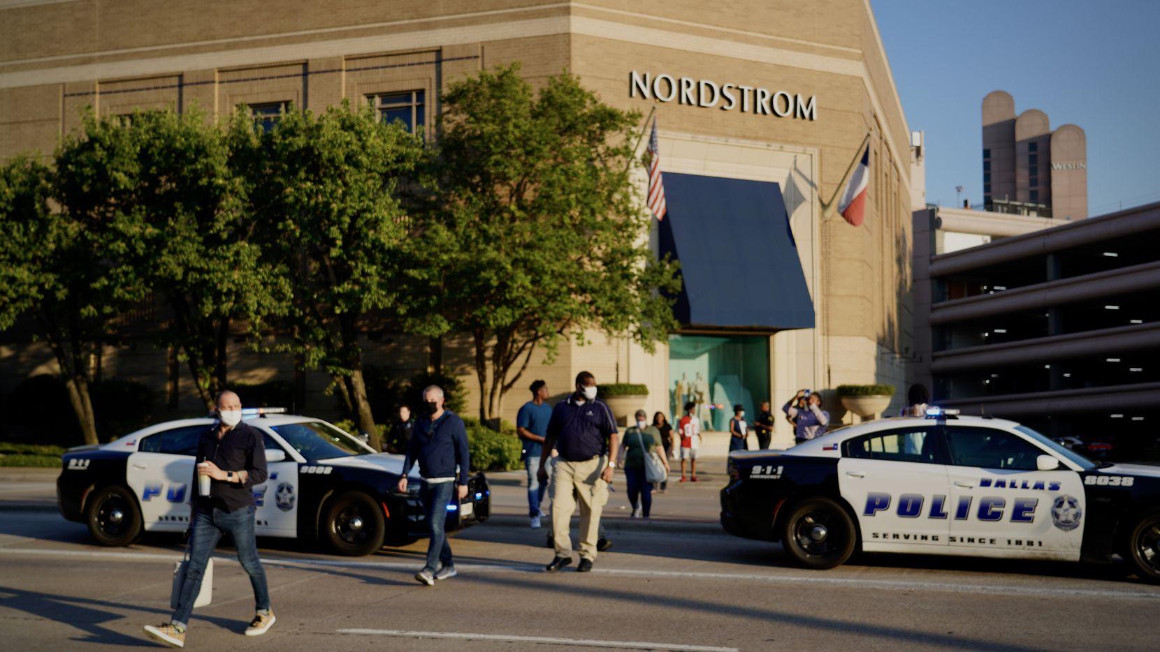 Oficiales guiando a visitantes de Galleria Dallas para alejarse del centro comercial luego del reporte de disparos, la tarde del martes 16 de junio de 2020.