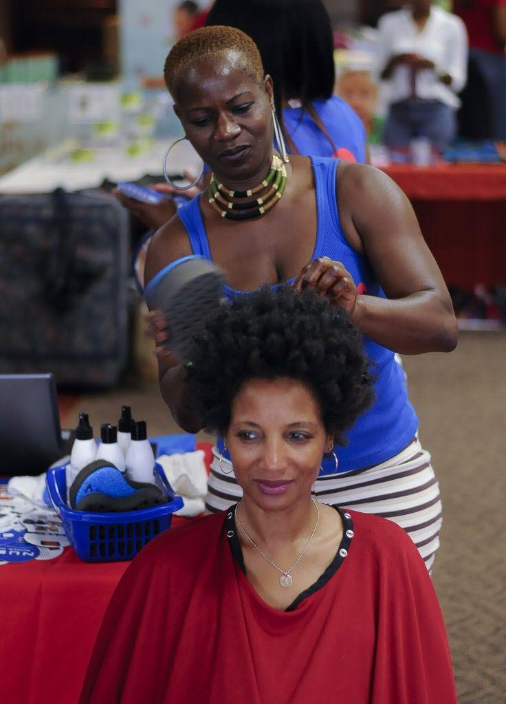 Kimble Wooten es atendida por la estilista Brigite Gopou durante el Fro Fest en el DeSoto Civic Center, en 2013. Foto de ilustración.