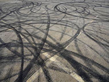 Marcas de llantas luego de un evento de carreras y piruetas clandestinas en 1400 S. Henderson Avenue, en marzo pasado.