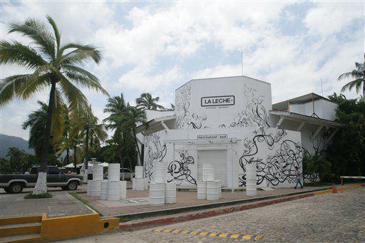"""La entrada del restaurante """"La Leche"""" permanece cerrada después de que un grupo de hombres armados secuestrara, según las autoridades, a entre 10 y 12 personas que comían en el lugar en Puerto Vallarta, estado de Jalisco, México,/AP"""