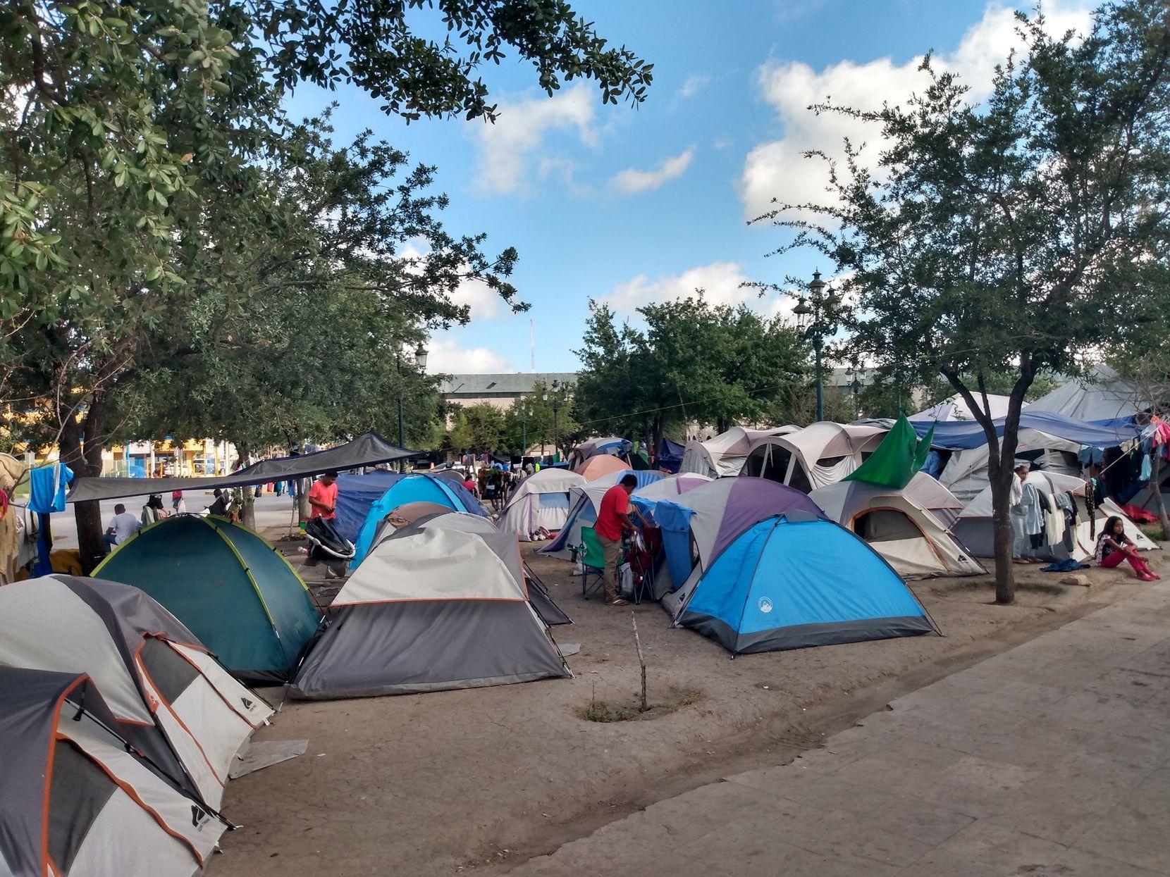 Casas de campaña se instalaron en un parque del centro de Reynosa, la ciudad mexicana vecina de Hidalgo, Texas.