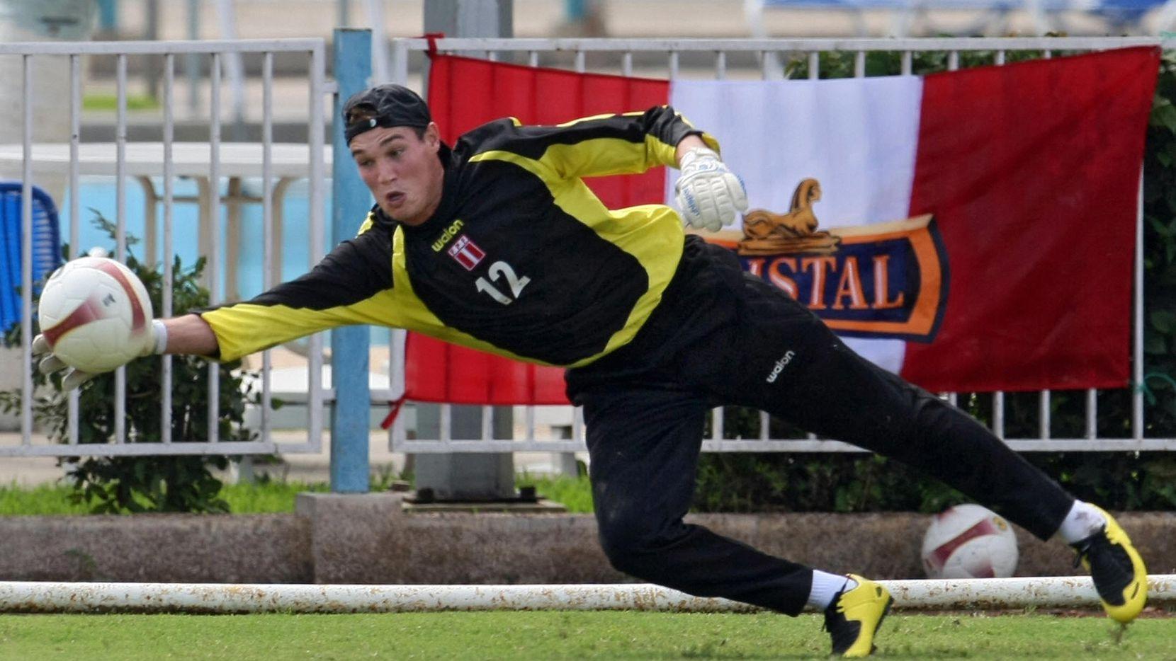 El portero de la selección de Perú, George Forsyth, durante un entrenamiento el 7 de julio de 2007.