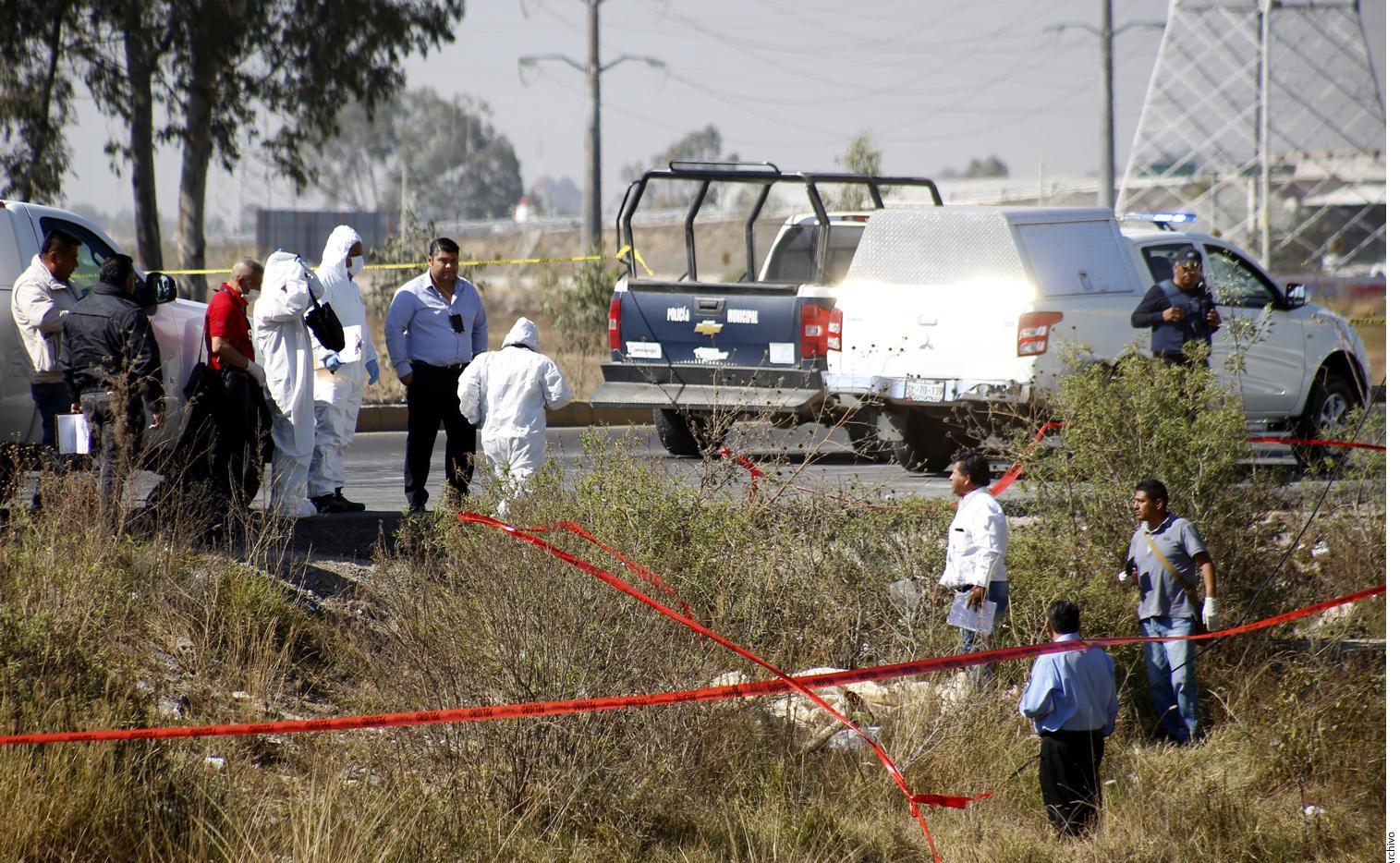 Una cuadrilla del médico forense reconoce la escena de un asesinato en la ciudad de Chihuahua. AGENCIA REFORMA.