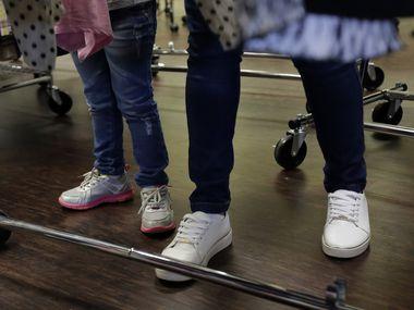Tres menores inmigrantes detenidos por ICE tienen covid-19.