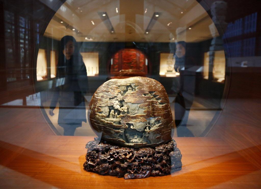 Una montaña de jade de la dinastía Qing es parte de la colección del Museo Crow de Arte Asiático que ahora pasará a manos de UT Dallas. (DMN/ROSE BACA)