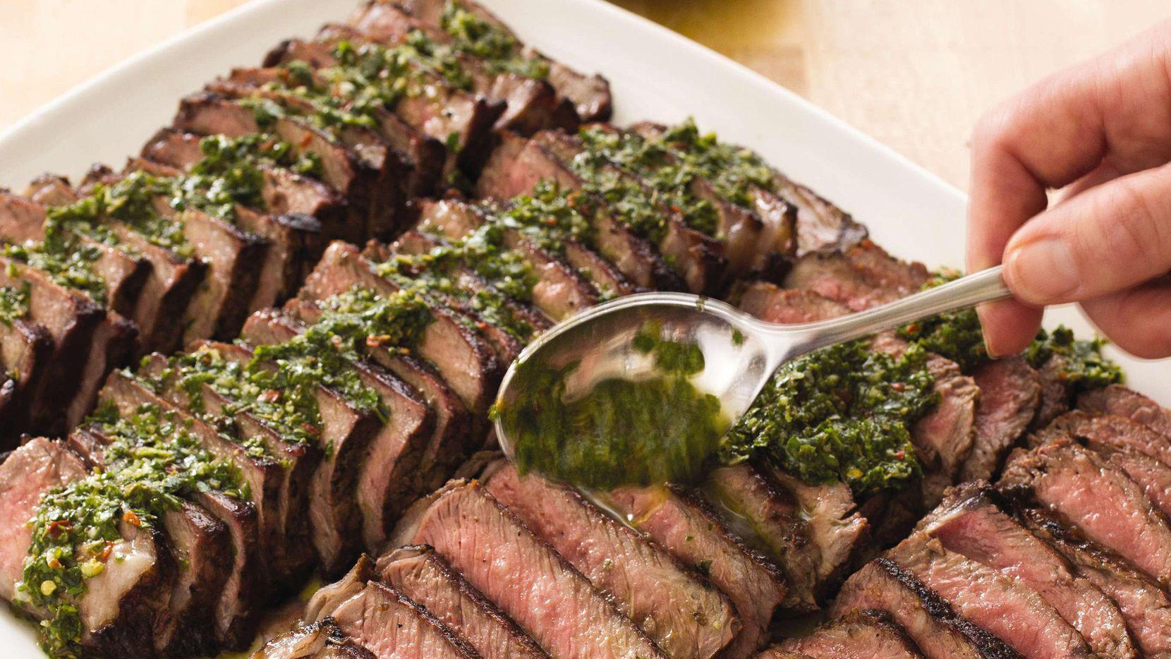 Filetes argentinos con salsa de chimichurri (AP/CARL TREMBLAY)