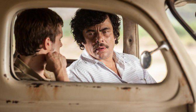 """Benicio Del Toro (der.) interpreta a Pablo Escobar en """"Escobar: Paradise Lost"""". (RADIUS/CORTESÍA)"""