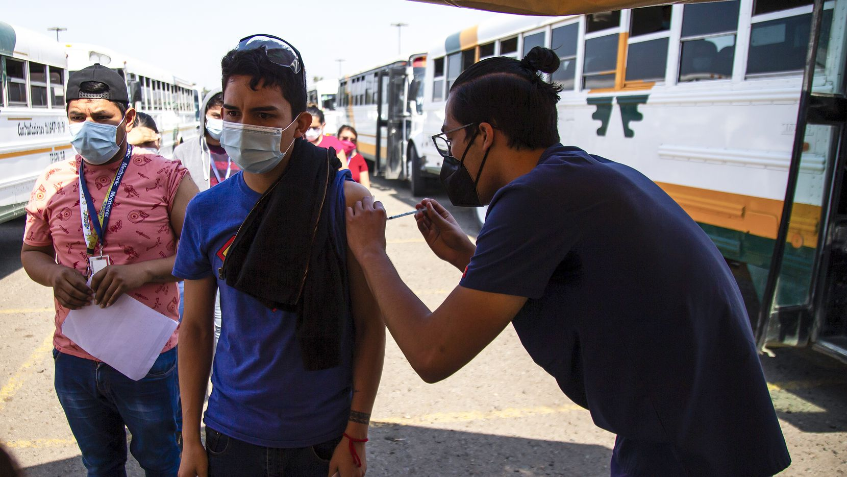 The city of Tijuana began a mass vaccination campaign on June 17 using Johnson & Johnson vaccines donated by the U.S. government, with a view with a view to reopening the land border. To speed up vaccination, companies transport employees who want to be vaccinated by truck and take them to receive the single dose against COVID-19.