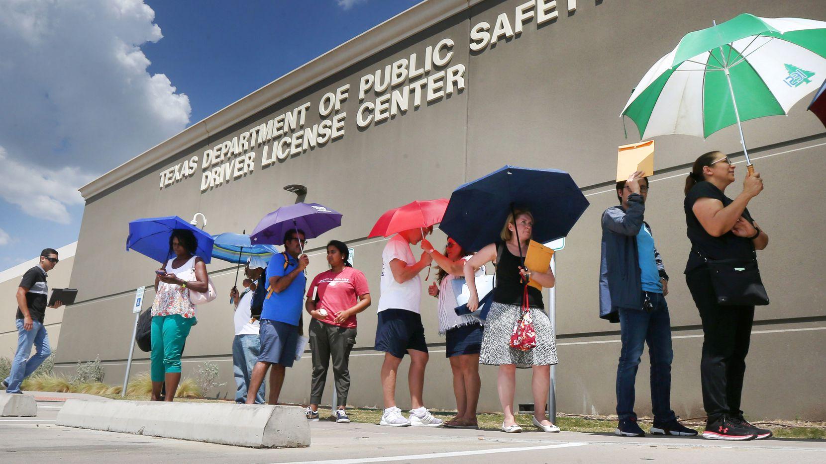La gente hace fila por horas para sacar sus licencias en uno de los megacentros de DPS, en Carrollton.
