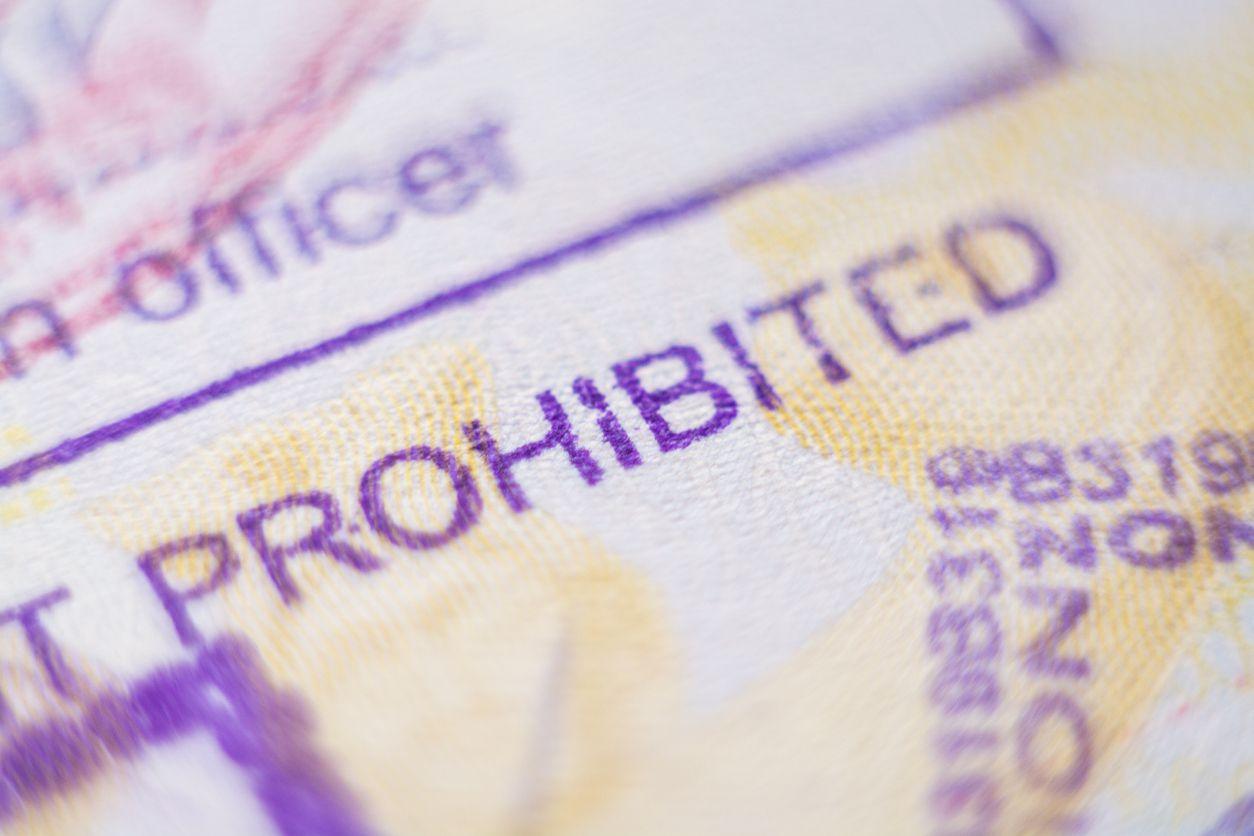Un pasaporte con el sello de prohibición de entrada a Estados Unidos.