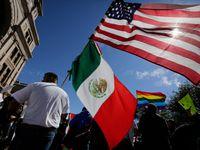 Muchos estadounidenses de ascendencia mexicana viven en el área de Dallas y Fort Worth. Muchos pueden optar por el derecho a la doble nacionalidad a través del consulado, lo cual tiene beneficios por si su familia debe regresar a México.