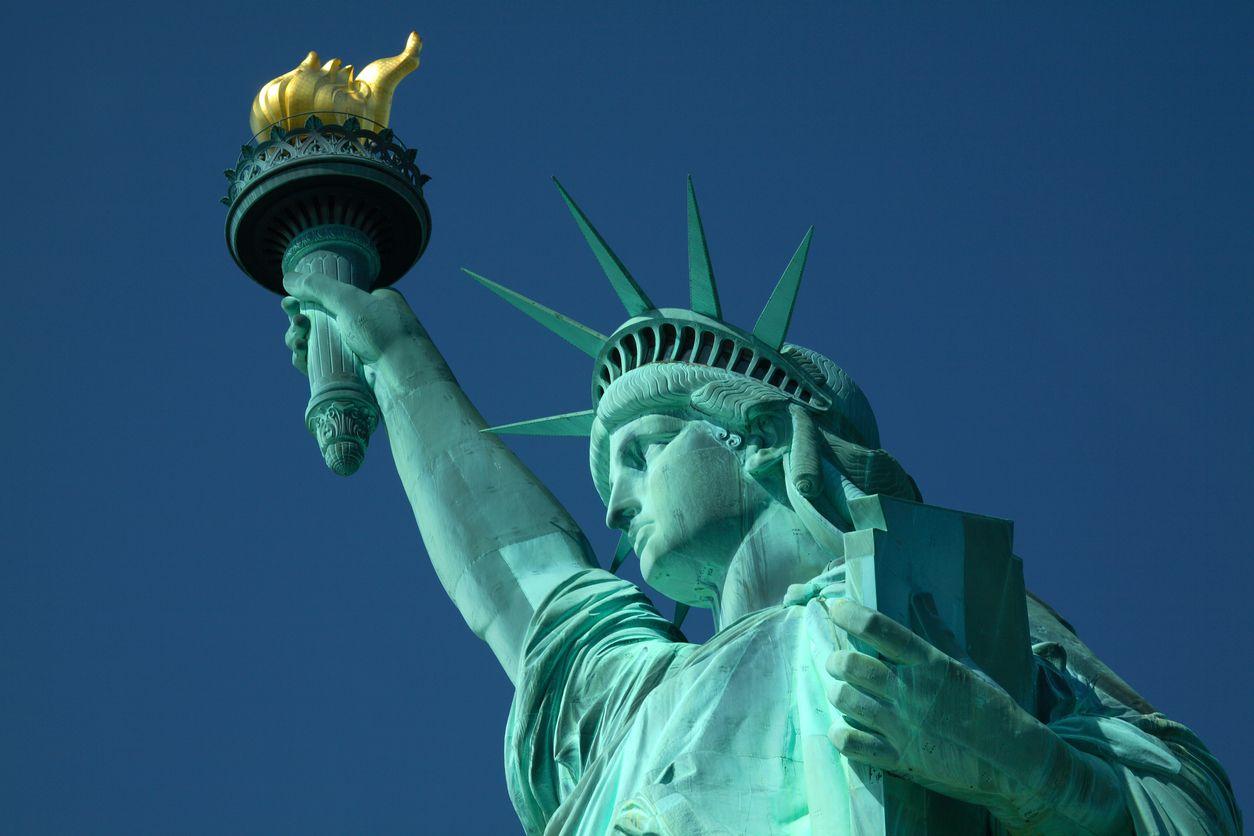 La estatua de la libertad entre New Jersey y New York.