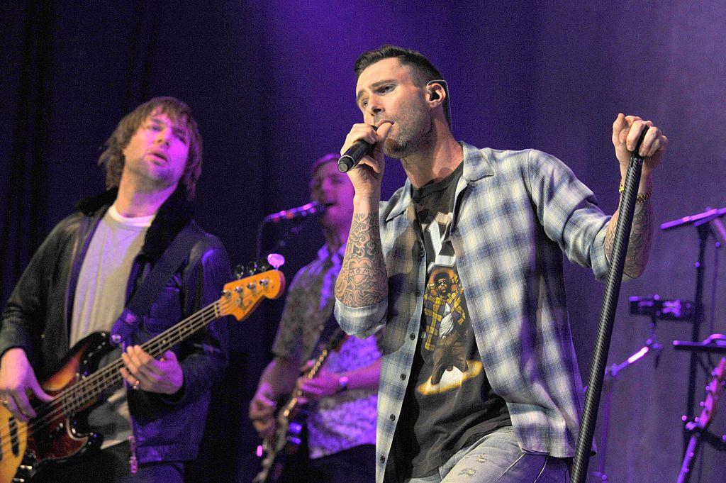 Mickey Madden (izq.) junto a Adam Levine en una actuación en vivo de 2015 de Maroon 5 en Los Ángeles.