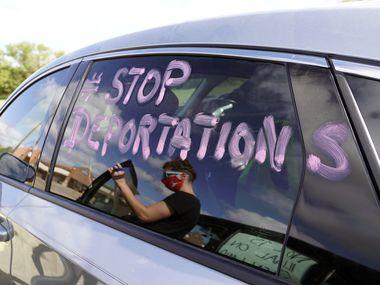Les défenseurs des immigrés ont décoré leurs voitures de pancartes en préparation pour protester au centre de détention de Prairieland à Alvarado, Texas, le jeudi 22 octobre 2020.