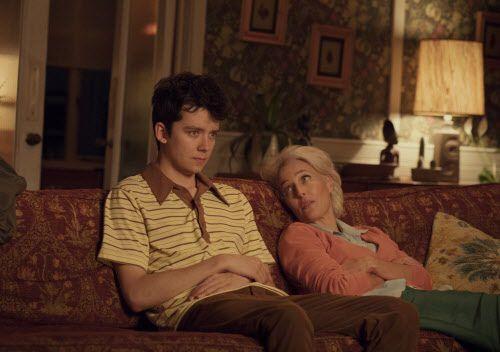 """Asa Butterfield y Gillian Anderson en una escena de """"Sex Education"""", una nueva serie de Netflix."""
