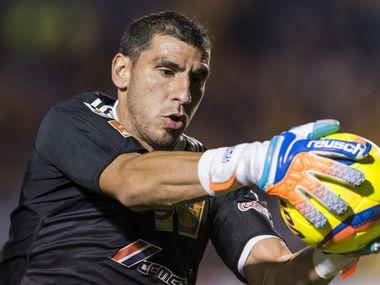 El portero argentino de Tigres, Nahuel Guzmán, escribió una página de oro en la historia del club con su gol agónico ante el Alianza de El Salvador.