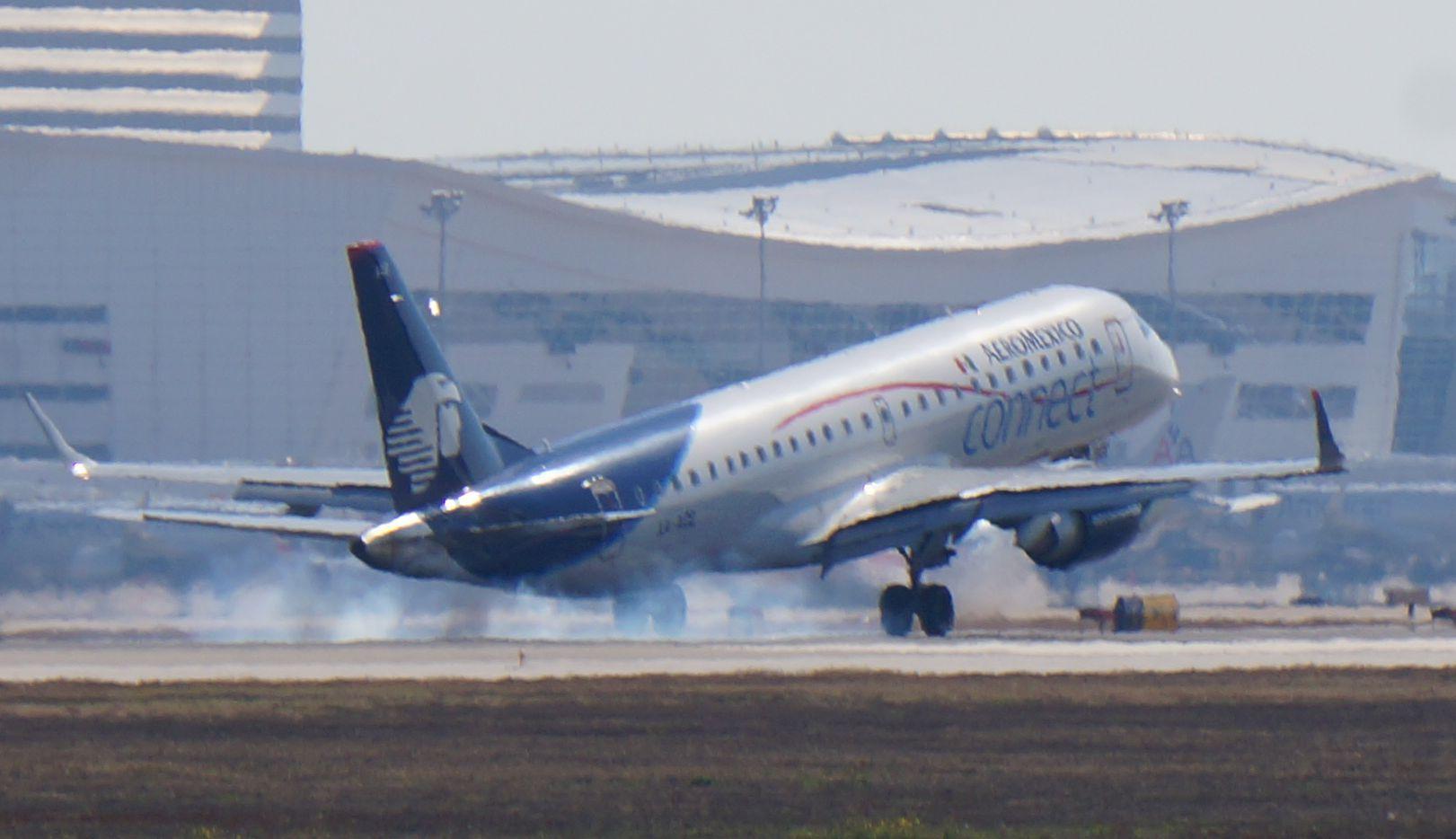 Una nave de Aeroméxico aterriza en el Aeropuerto Internacional Dallas-Fort Worth.
