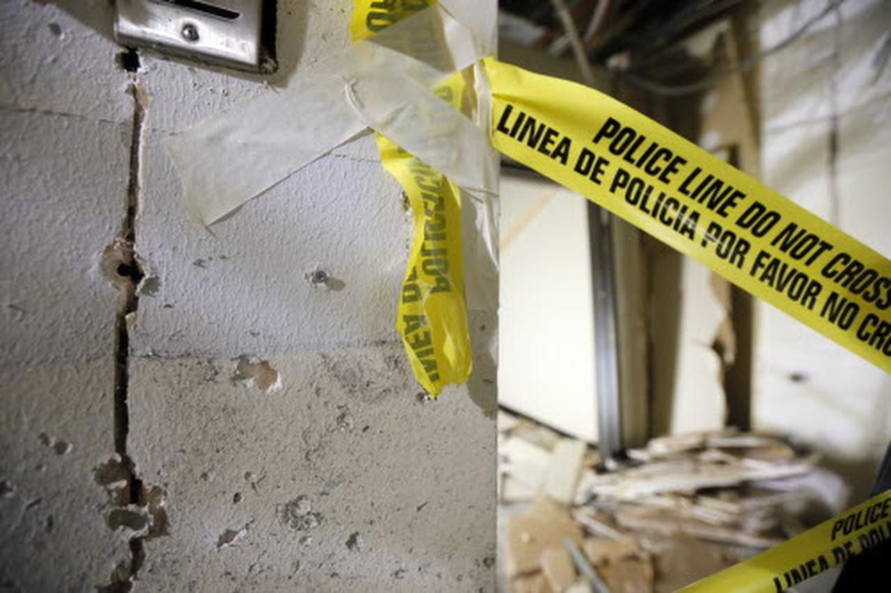 El daño de una explosión y balazos se aprecian en este pasillo de El Centro College, donde Micah Johnson murió luego de matar a cinco policía de Dallas el 7 de julio pasado. (AP/TONY GUTIÉRREZ)