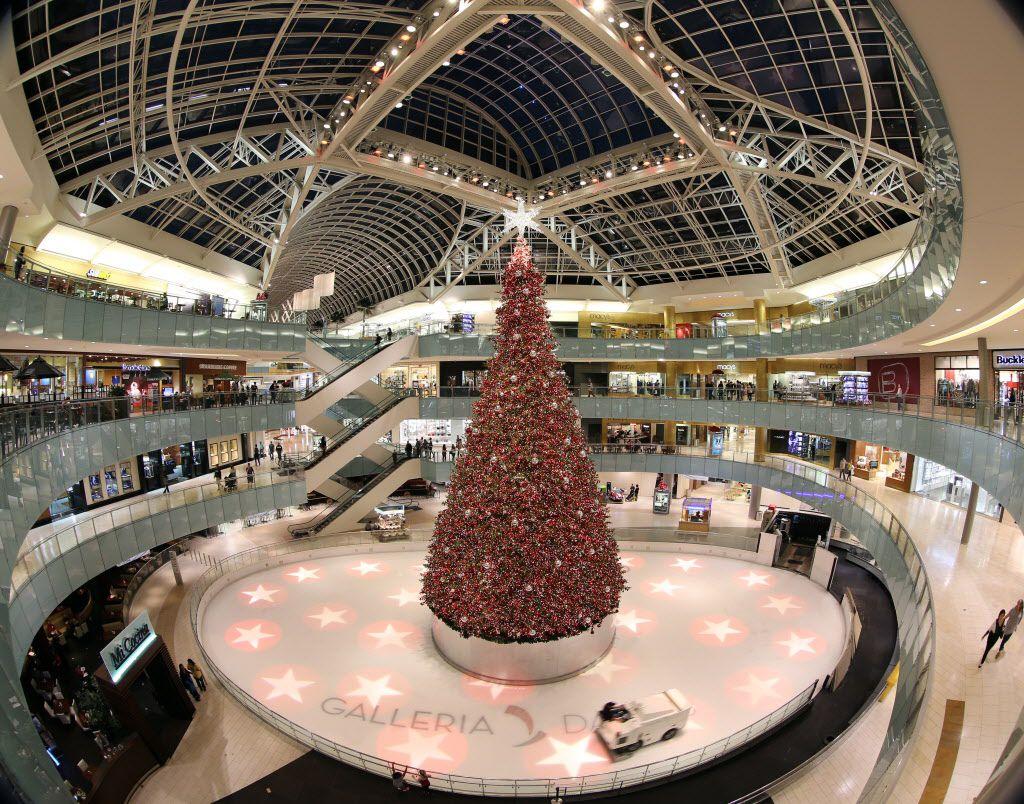 El árbol de navidad de Galleria Dallas mide 95 piés de altura y es iluminado por 450,000 luces.  ——-  Empleados de la contratista April Building Services instalan ramas y páneles del árbol de Navidad del centro comercial Galleria Dallas. (DMN  ——-  DMN/TOM FOX  ——-  TOM FOX)
