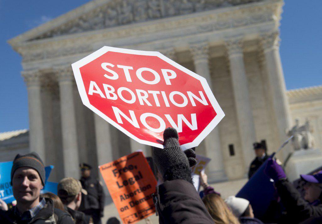 Una manifestación de personas que se oponen al aborto frente a la sede de la Corte Suprema, en Washington, D.C.