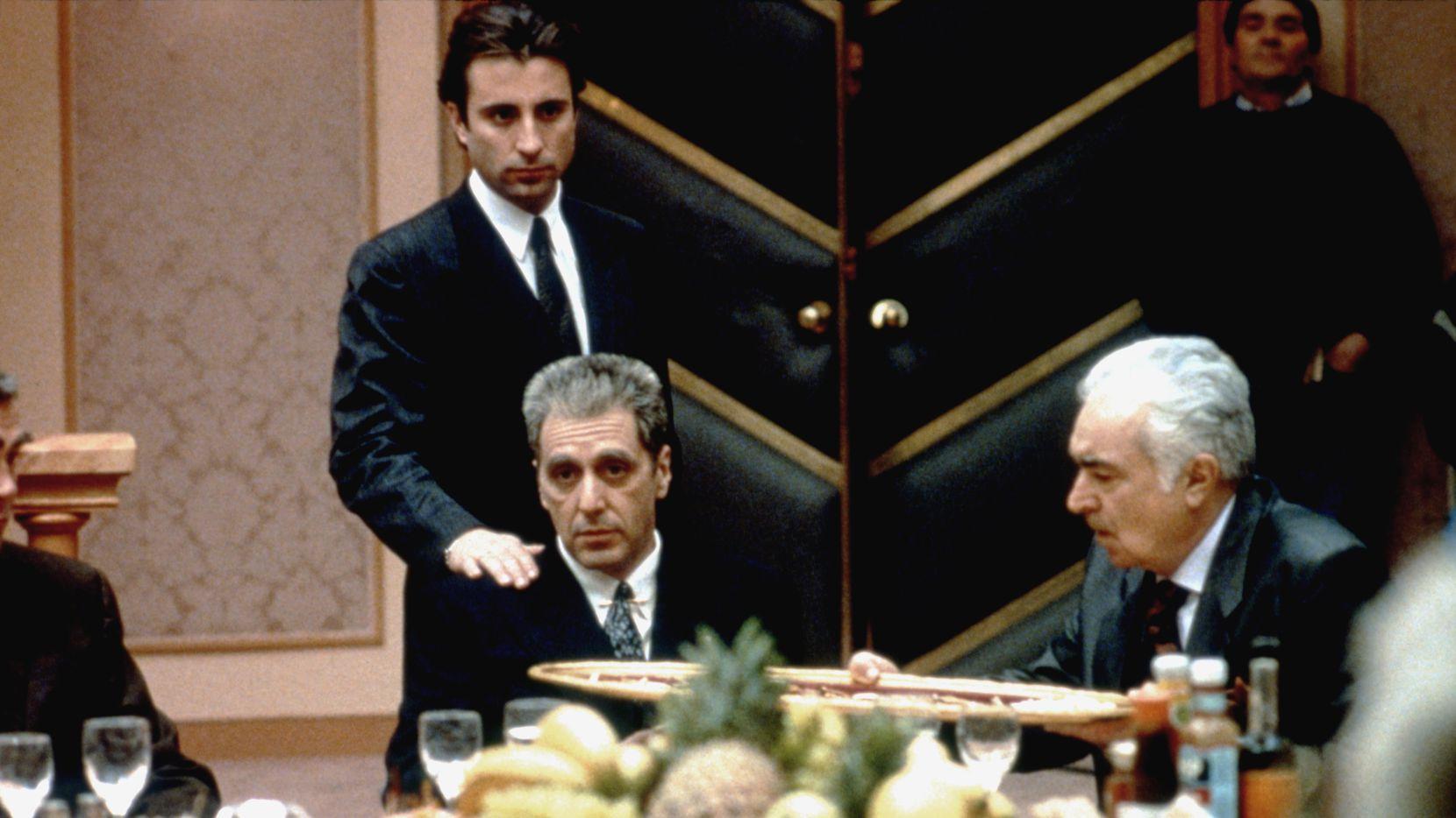 Andy Garcia (de pie) y Al Pacino en el set de la película The Godfather: Part III, escrita y dirigida por Francis Ford Coppola. La nueva versión del filme llevará por título 'Mario Puzo's The Godfather, Coda: The Death of Michael Corleone'.
