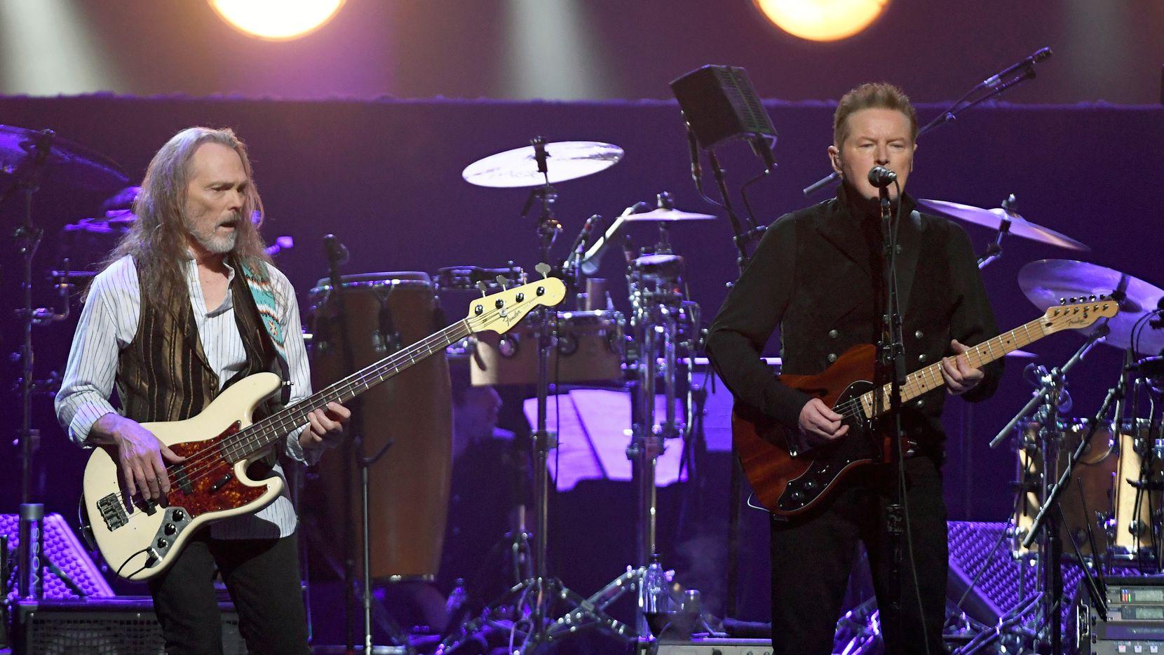 Timothy B. Schmit, izq., y Don Henley de Eagles en un concierto en MGM Grand Garden Arena de Las Vegas, Nevada, en septiembre de 2019.