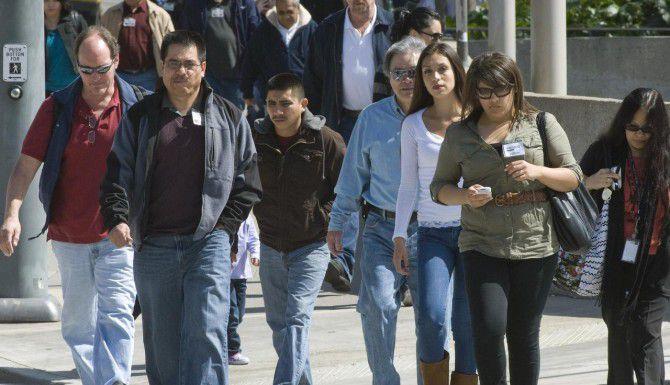 Hispanos caminan afuera de la corte del condado de Santa Ana, California. (AP/JEBB HARRIS)