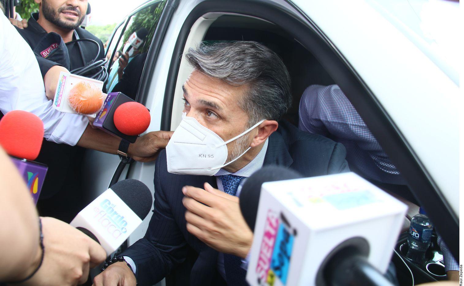 Sergio Mayer a su llegada a la morgue para ayudar a reclamar el cuerpo de Xavier Ortiz.