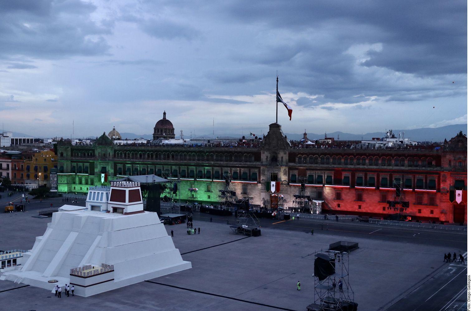 El Grito de Independencia se llevó a cabo frente a un Zócalo vacío, con la proyección de videos sobre la réplica de la pirámide del Templo Mayor, música y pirotecnia.