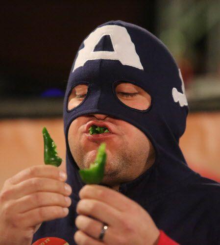 Mike Eastlack, cq, aka Captain America compite en un concurso de jalapeños en el Zest Fest 2015 de Dallas.