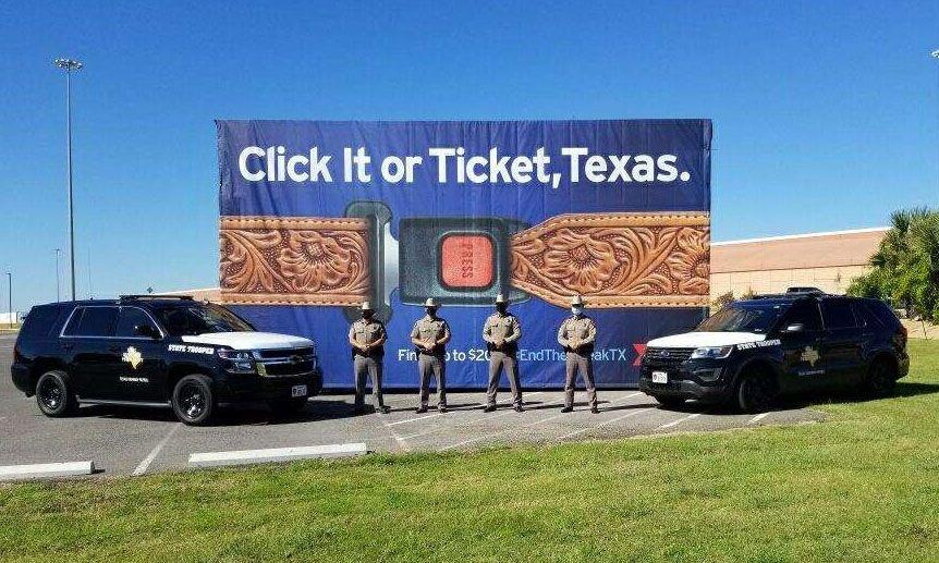 """El Departamento de Transporte de Texas inició su campaña """"Abróchate o paga"""". Las muertes de personas sin cinturón de seguridad en las carreteras aumentaron un 16% en 2020."""