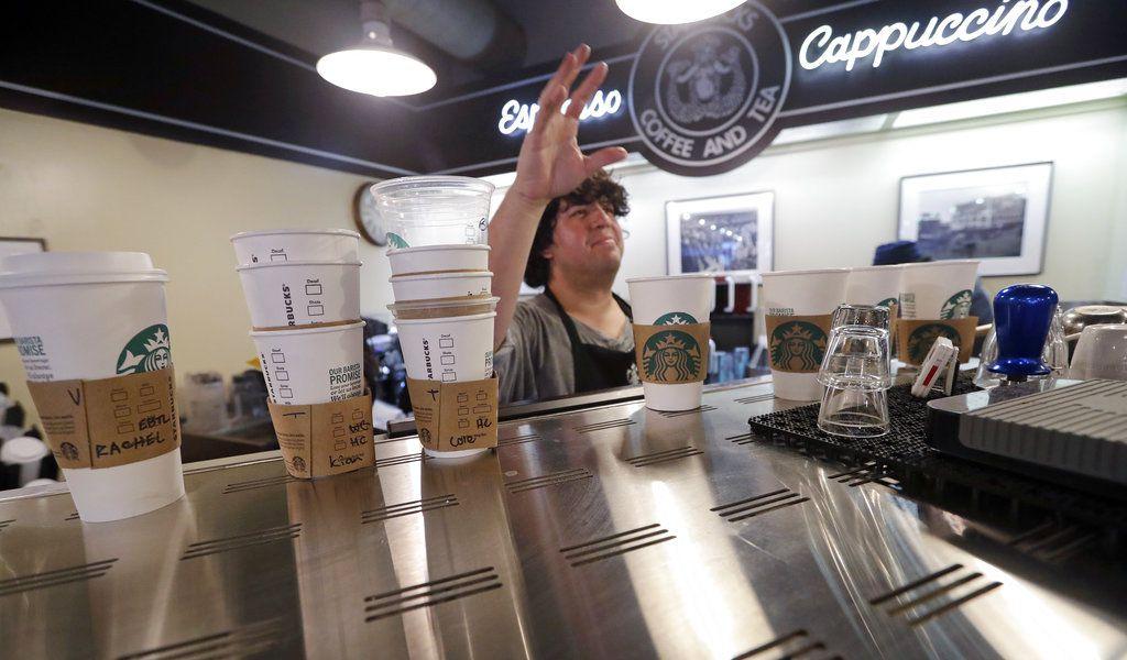 En general, Starbucks Corp. dijo que ha aumentado los precios en un promedio de 1% a 2% en el último año, aunque este incremento podría ser más alto en ciertas bebidas./ AP