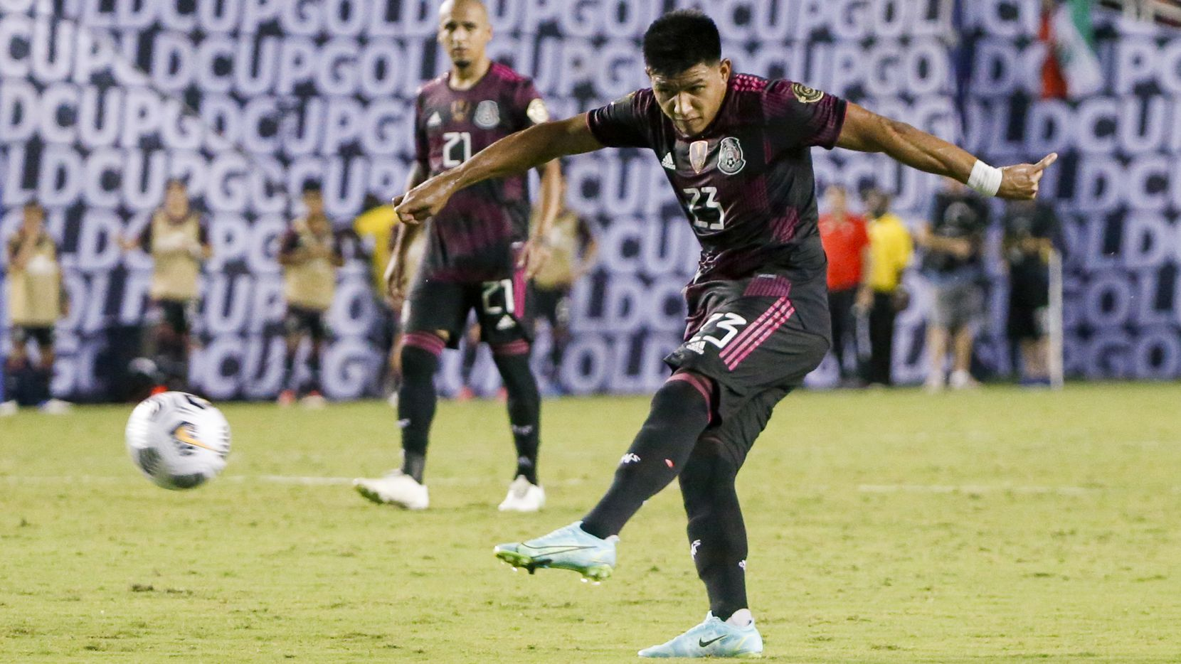 El mediocampista de México, Jesús Gallardo (23), le pega al balón durante el partido de la Copa Oro contra Guatemala en el Cotton Bowl de Dallas, el domingo 18 de julio de 2021 en Dallas. (Elias Valverde II / The Dallas Morning News)