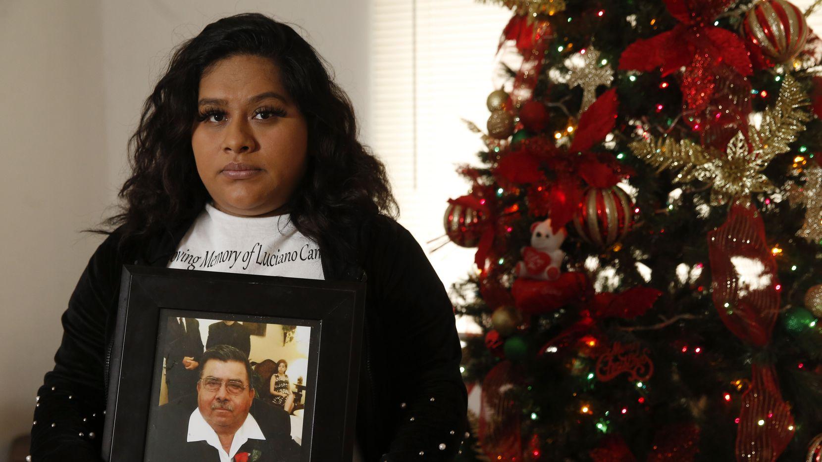 Carolina Padilla, 28, perdió a su abuelo, Luciano Campos, en junio pasado. La mayor parte de la familia se reunía en Navidad y este año, por la pandemia, no harán ninguna reunión. 'La Navidad nunca será igual sin él', dijo Padilla, quien vive en Garland.
