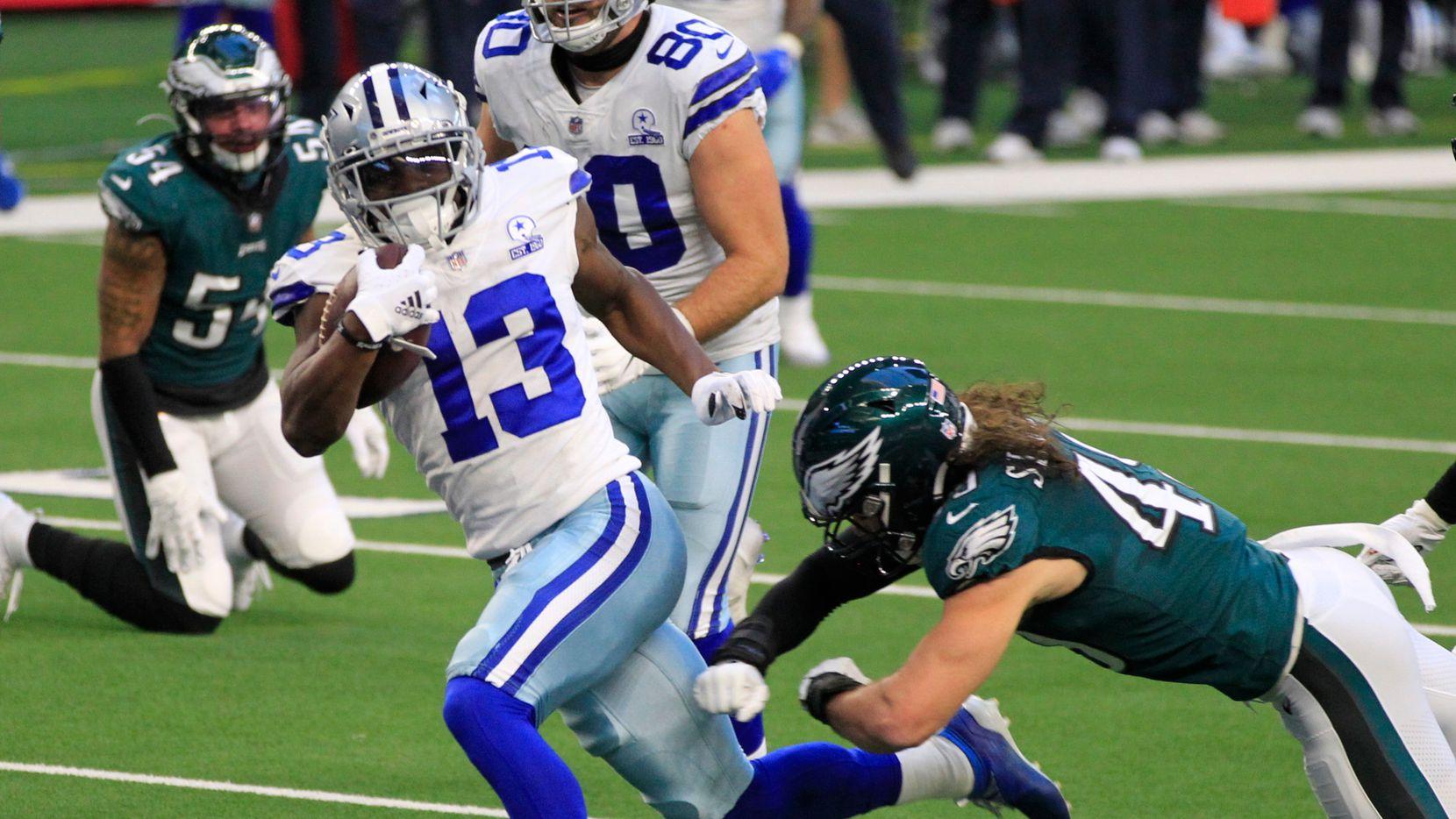 El receptor de los Dallas Cowboys, Michael Gallup (13), atrapa un pase de anotación en el partido ante los Eagles de Filadelfia, el 27 de diciembre de 2020 en el AT&T Stadium de Arlington.