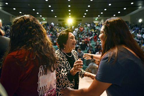 La activista Dolores Huerta saludo a un grupo de estudiantes de UNT luego de la presentación de un documental sobre su vida. BEN TORRES/DMN