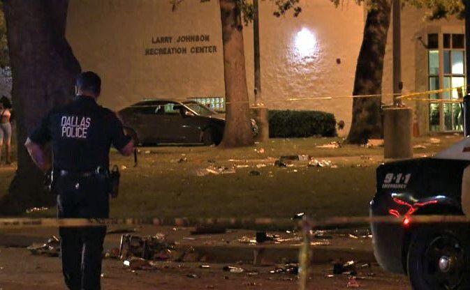 Policía de Dallas investiga la escena de un tiroteo el 4 de julio en el vecindario Dixon Circle en South Dallas.