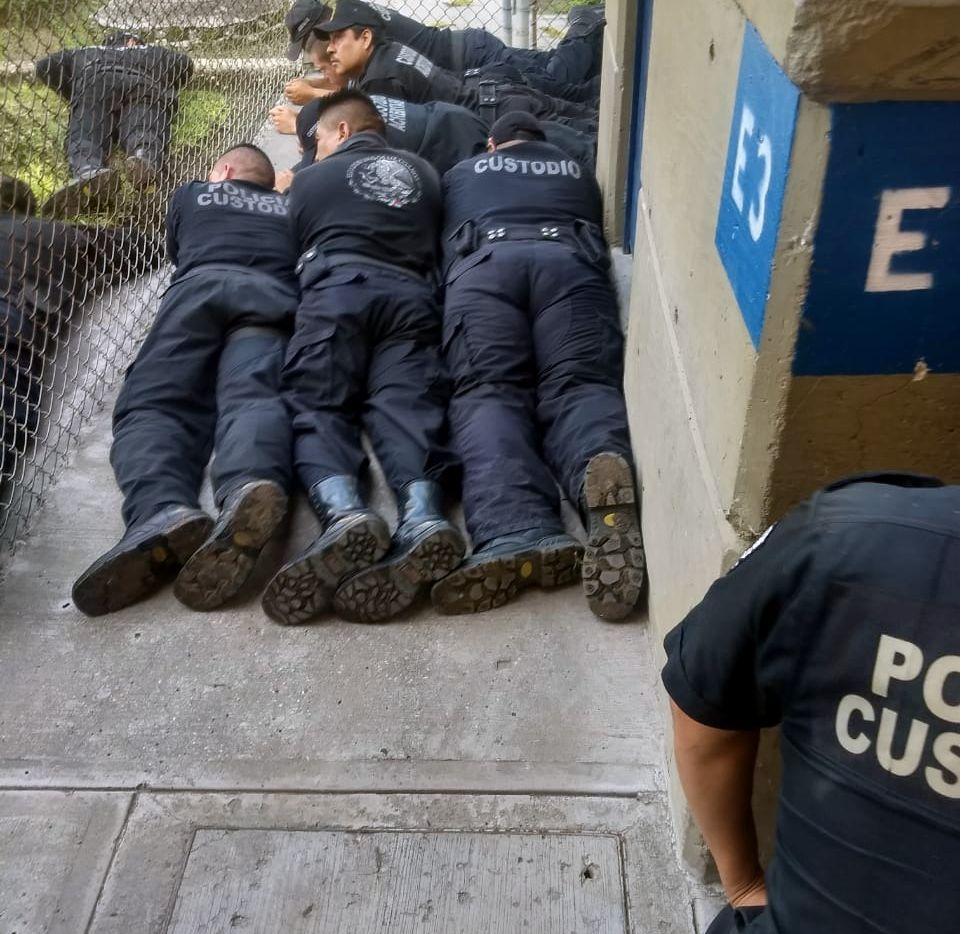 Policías del estado de Morelos tratan de detener un motín en la cárcel de Atlacholoaya el 30 de octubre.