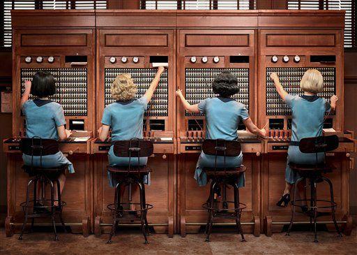 """Una escena de """"Las chicas del cable"""". La serie, sobre cuatro mujeres que trabajan como operadoras de la compañía telefónica en Madrid, se estrena el viernes. (Netflix vía AP)"""